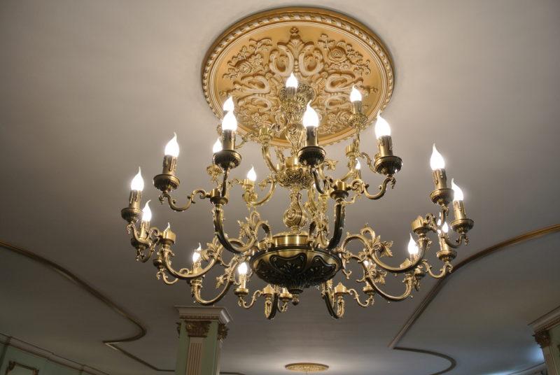 Латунная двухъярусная люстра со свечами Виктория