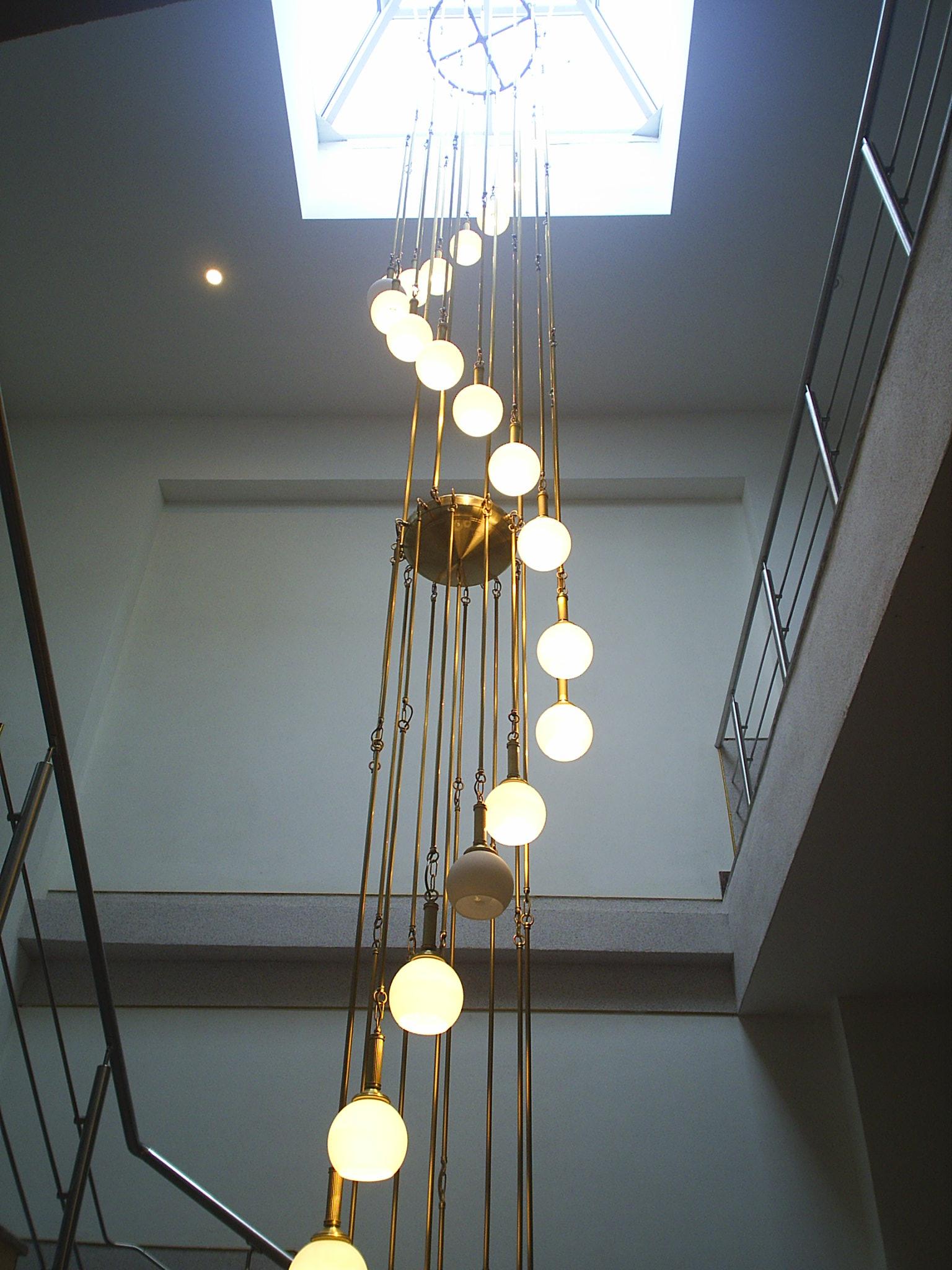 """Длинная люстра с шарами в лестничном пролете от фабрики """"Лампада"""" в здании Администрации г. Долгопрудный"""