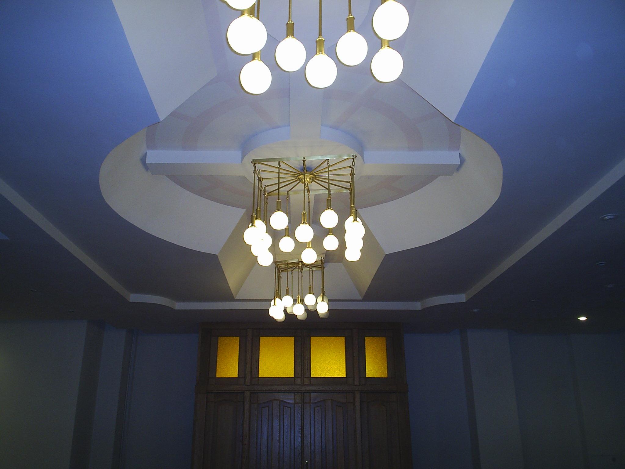 """Латунные люстры с шарами от фабрики """"Лампада"""" в фойе ДК г. Долгопрудный"""