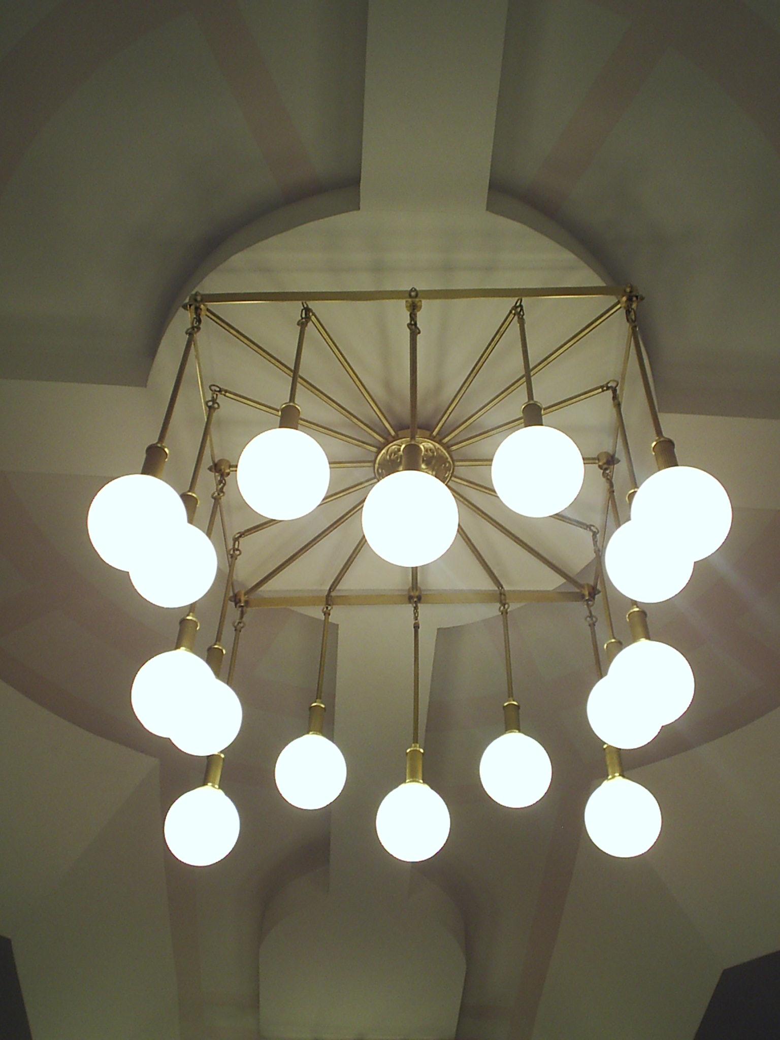 Люстра с шарами в здании Администрации г. Долгопрудный