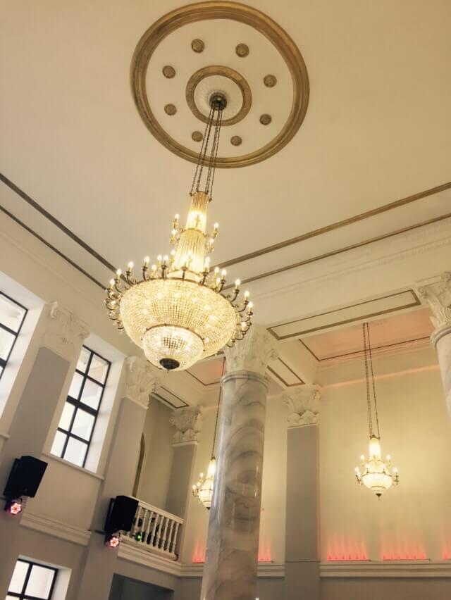 Многоярусные хрустальные люстры на ж/д вокзале г. Улан-Батор