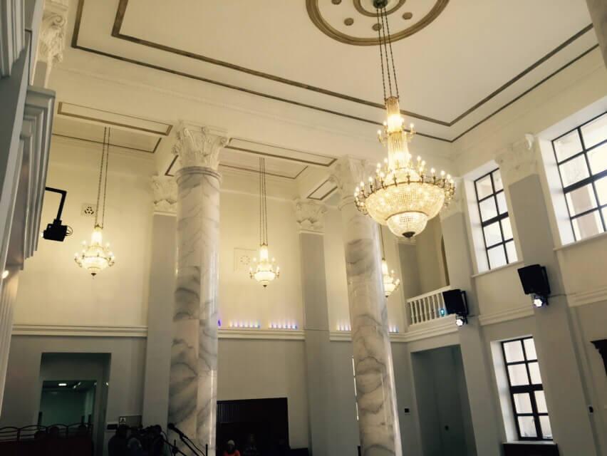 Большие хрустальные люстры на ж/д вокзале г. Улан-Батор